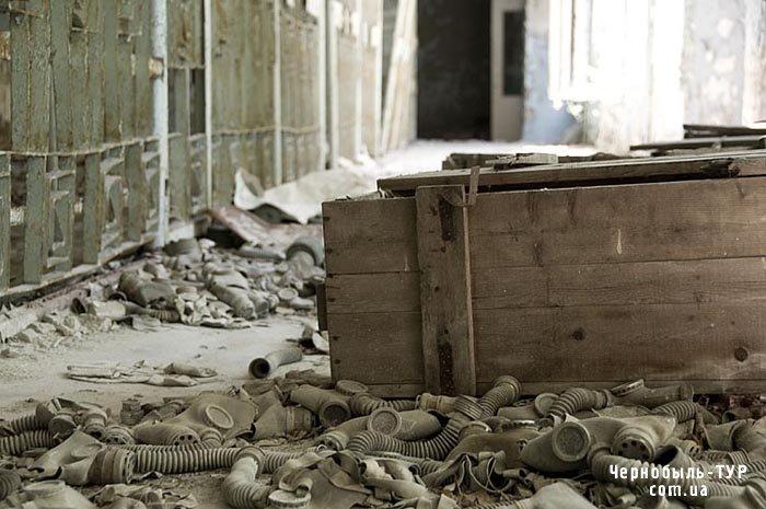 Фотография ящиков с противогазами в Припятской школе Чернобыльской зоны